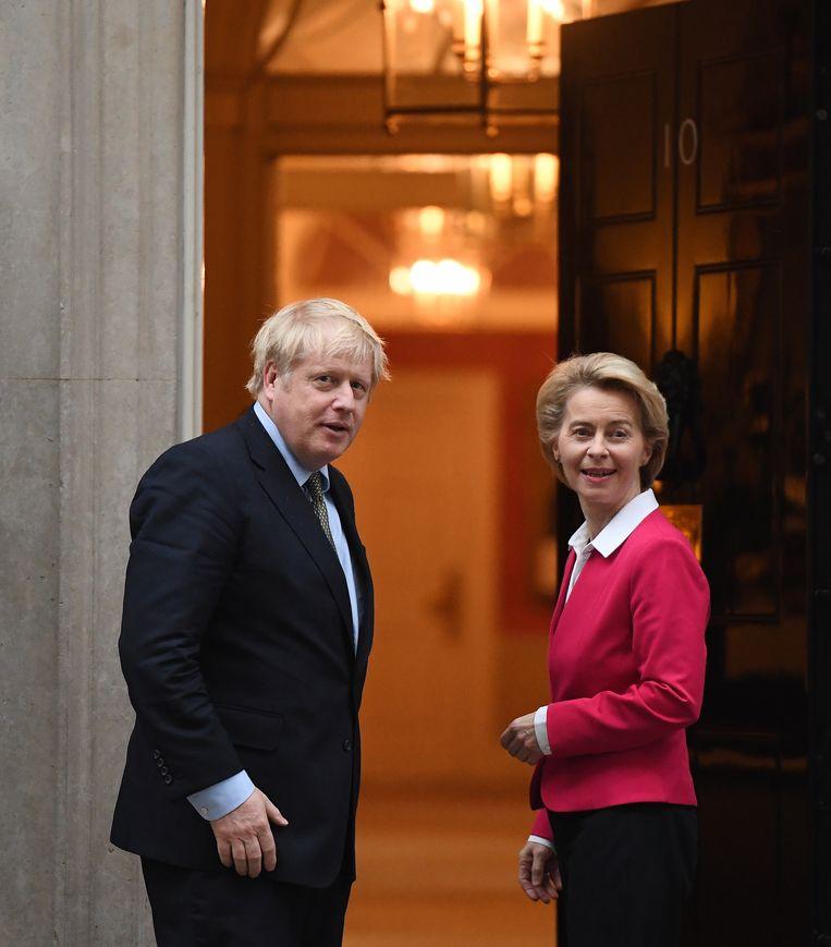Boris Johnson en Ursula von der Leyen in januari dit jaar op 10 Downing Street in Londen. Beeld EPA