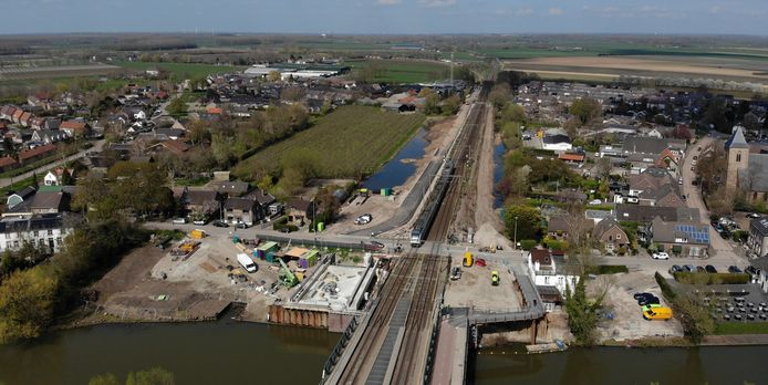 Tricht wordt gespleten door de spoorlijn, maar werkt eensgezind samen aan de buitenexpositie TrichtBinnensteBuiten.