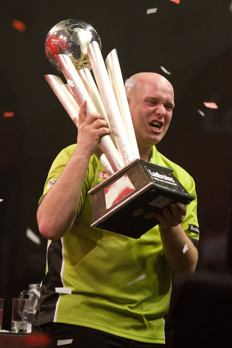 Netherlands' Michael van Gerwen celebrates with the Sid Waddell trophy after defeating Britain's Peter Wright in the PDC World Championship darts final at Alexandra Palace in north London on January 1, 2014. AFP PHOTO / JUSTIN TALLIS Beeld null