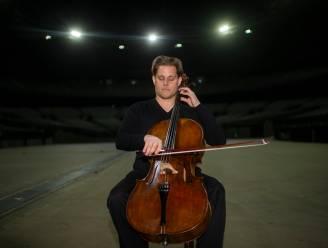 Eenzame cellist brengt leven in iconische gebouwen die leegstaan door crisis