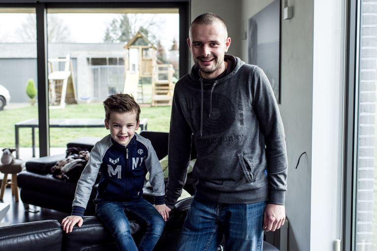 Steven Lauryssen en zijn zoon Benth (4). De jongen kampt met een voedingsprobleem. Sinds een jaar krijgt hij enkel sondevoeding.  Beeld Tine Schoemaker