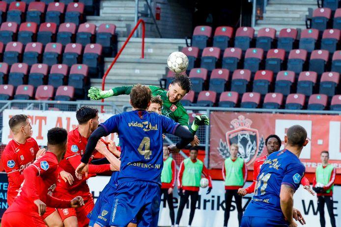 Doelman Joël Drommel zorgde zondag tegen VVV in de laatste seconde voor het enige gevaar in de lucht bij FC Twente. Zijn kopbal ging naast.