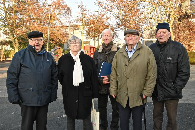 Tachtigers herbeleven kerstfeest uit oorlog - Camille Samyn, Madeleine Seynhaeve, Dominique Demey, Roger D'haene en Frans Mispelaere.