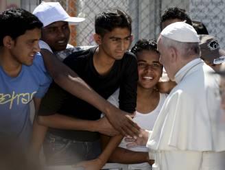 Paus neemt twaalf Syrische vluchtelingen mee van Lesbos