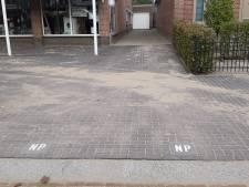 Inwoners St. Janstraat in Hoeven zijn boos: 'Je kunt niet zien wat een uitrit is en wat een parkeervak'