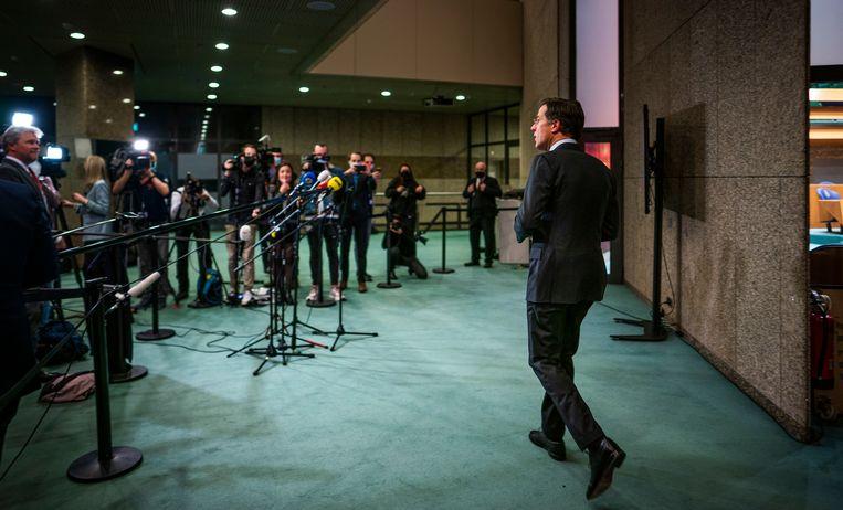 Mark Rutte op weg naar de pers nadat bekend werd dat de VVD wederom de grootste is geworden tijdens de Tweede Kamerverkiezingen. Beeld Freek van den Bergh / de Volkskrant