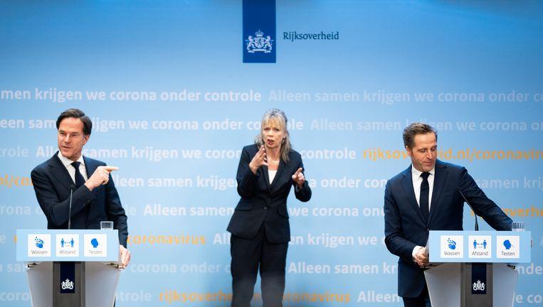 Premier Mark Rutte valt minister Hugo de Jonge bij na een vraag van een journalist tijdens de persconferentie over corona.  Beeld Freek van den Bergh / de Volkskrant