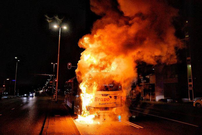 Een stadsbus vloog zaterdagavond in Tilburg in brand.