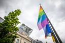 Ook aan 't Scheep in Hasselt hangen de regenboogvlaggen overduidelijk in het straatbeeld.