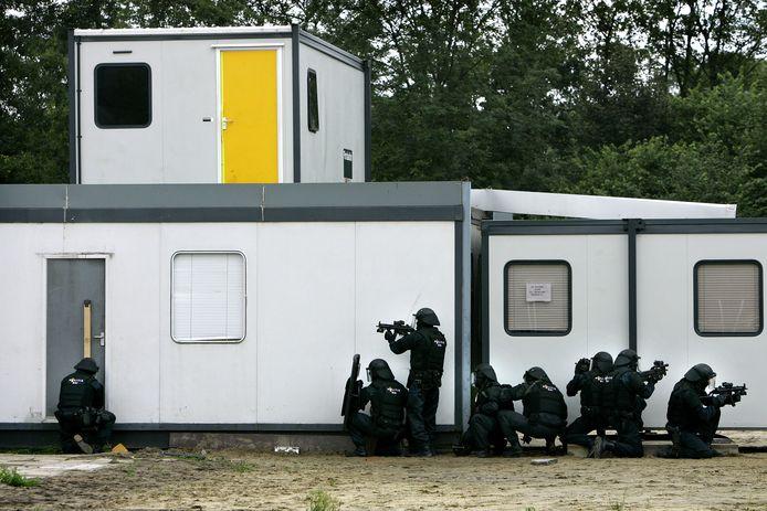 Politieagenten van de Dienst Speciale Interventies (DSI) oefenen in Driebergen. De speciale eenheden van de DSI worden ingezet bij terrorismegerelateerde situatie's.