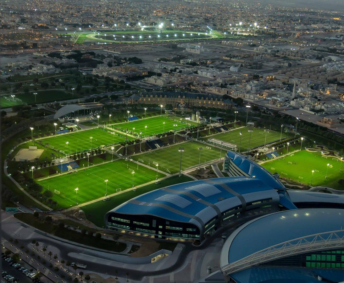 Sporthal Aspire Dome met daarachter sportvelden waar Ajax kan trainen in januari.
