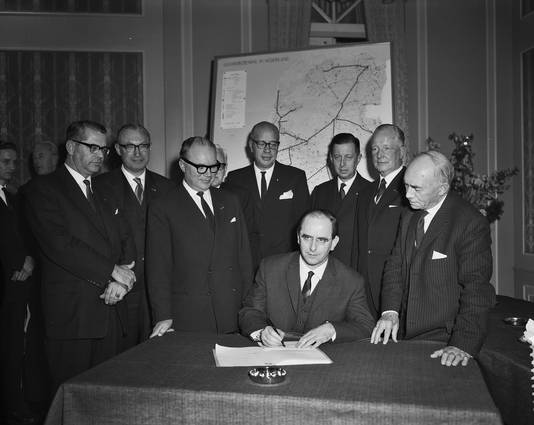 Minister De Pous (midden) bij de oprichting van de Gasunie in 1963.