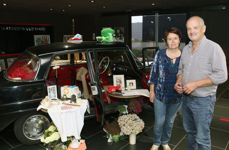 Ouders Brigitte Van Bosch en Jef Vanheertum bij de auto van Tuur.