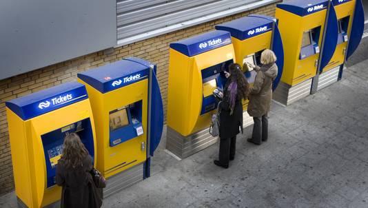 Eind 2012 komen er alleen nog kaartjes voor buitenlandse reizigers uit de automaten. © ANP
