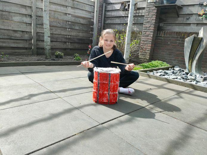 Een van de leden van de Show- en Drumfanfare Oranje IJsselmuiden heeft alvast een trommel gemaakt.