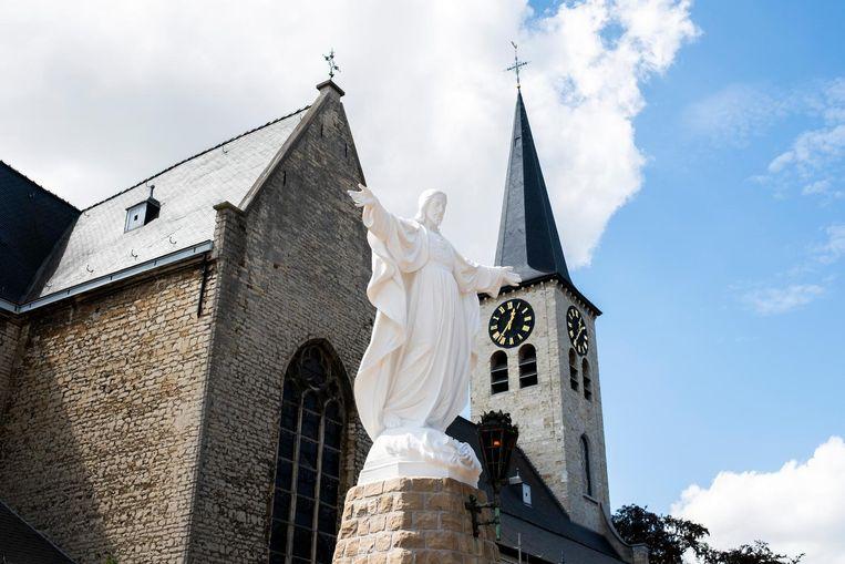 Het beeld aan de Sint-Willibrorduskerk.