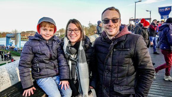 Even verderop staan Michiel Dewaele en Daphné Herman uit Kuurne met zoontje Kobe Eli Iserbyt aan te moedigen.