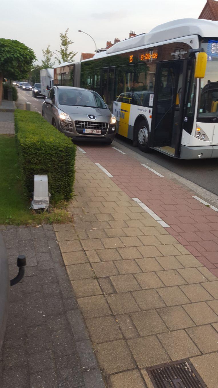 Vaak wordt ook het voet- en fietspad gebruikt als uitwijkstrook.
