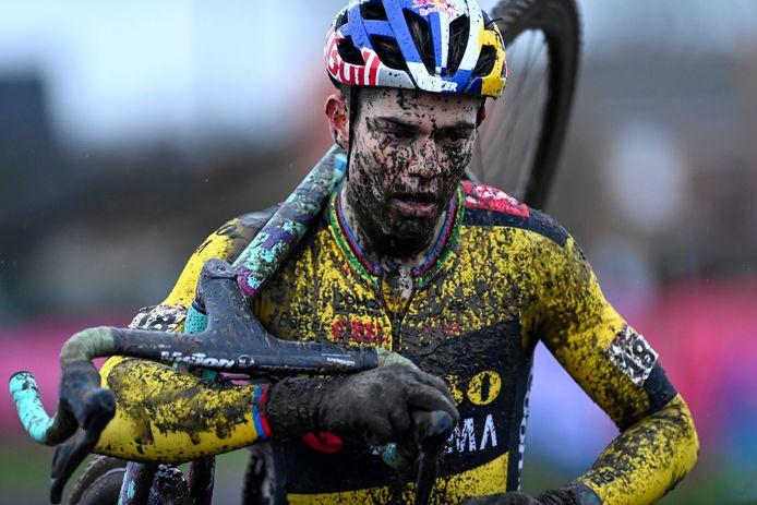 Wout van Aert won in Dendermonde door Mathieu van der Poel op bijna drie minuten te fietsen.