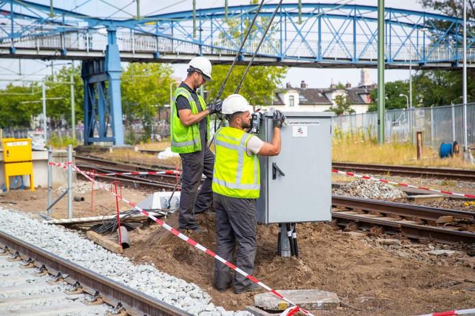 Er zijn dit weekend nog 200 mensen aan het werk om het station klaar te maken voor maandag; dan gaan de treinen weer rijden.