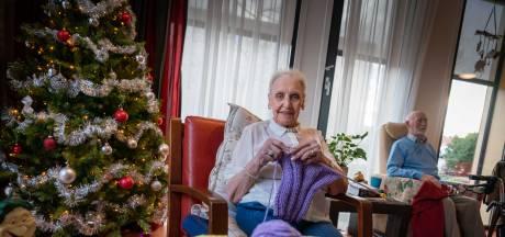 Annie (90) breit de hele dag dassen voor daklozen: 'Heb geen rust in m'n bips'
