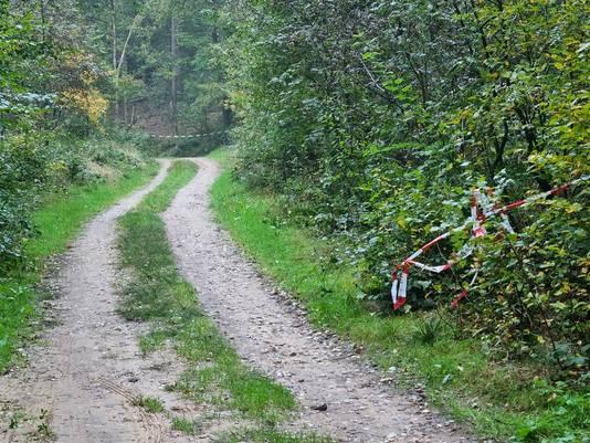 De weg door het bos bij Braamt is afgesloten rond de locatie waar de omgekomen 27-jarige motorrijder is aangetroffen.