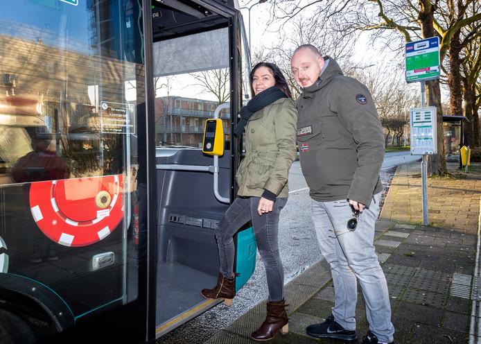 Daphne Oudmaijer en Joost Neuwenburg stappen maandag in de bus naar de Onderwijsinspectie om klachten in te dienen.