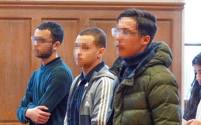 Links staan de twee inbrekers die Milan bedreigden. De jongeman rechts kreeg 50 uur werkstraf voor een eerdere inbraak in de woning.