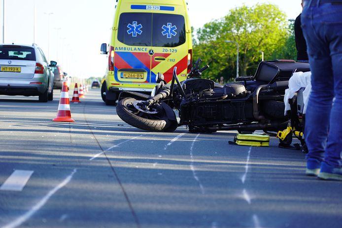 De motorrijder is met een ambulance naar het ziekenhuis gebracht