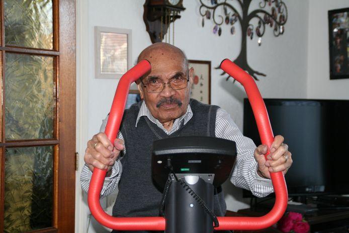 Frits Nussy, die woensdag 100 jaar wordt, zit elke dag op zijn hometrainer die prominent in de woonkamer staat.