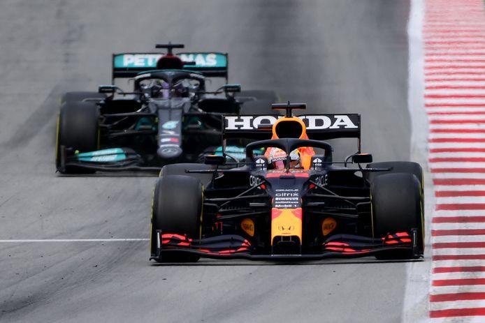 Max Verstappen (voorgrond) en Lewis Hamilton in gevecht met elkaar.