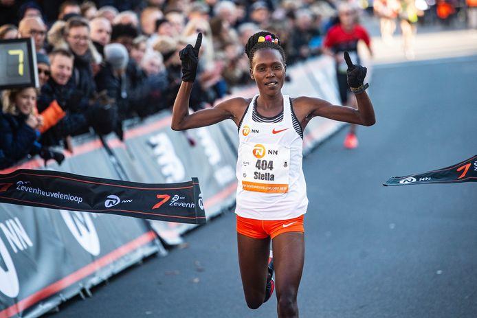 Stella Chesang komt in 2018 als eerste vrouw over de finish van de Zevenheuvelenloop.