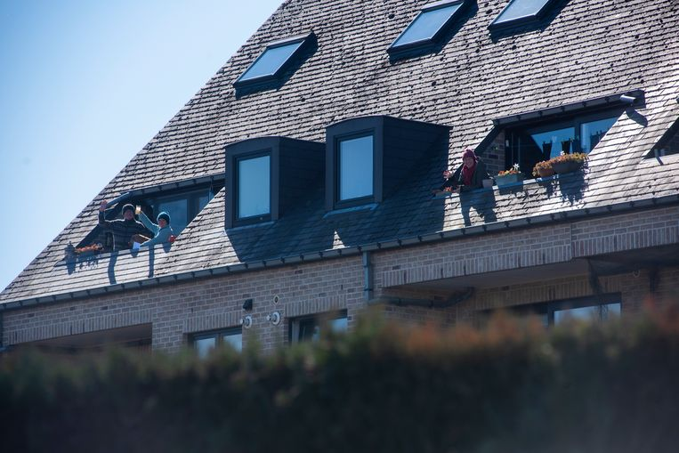 De hele buurt toost mee op het buurtaperitief aan de Hoogstraat in Schellebelle.