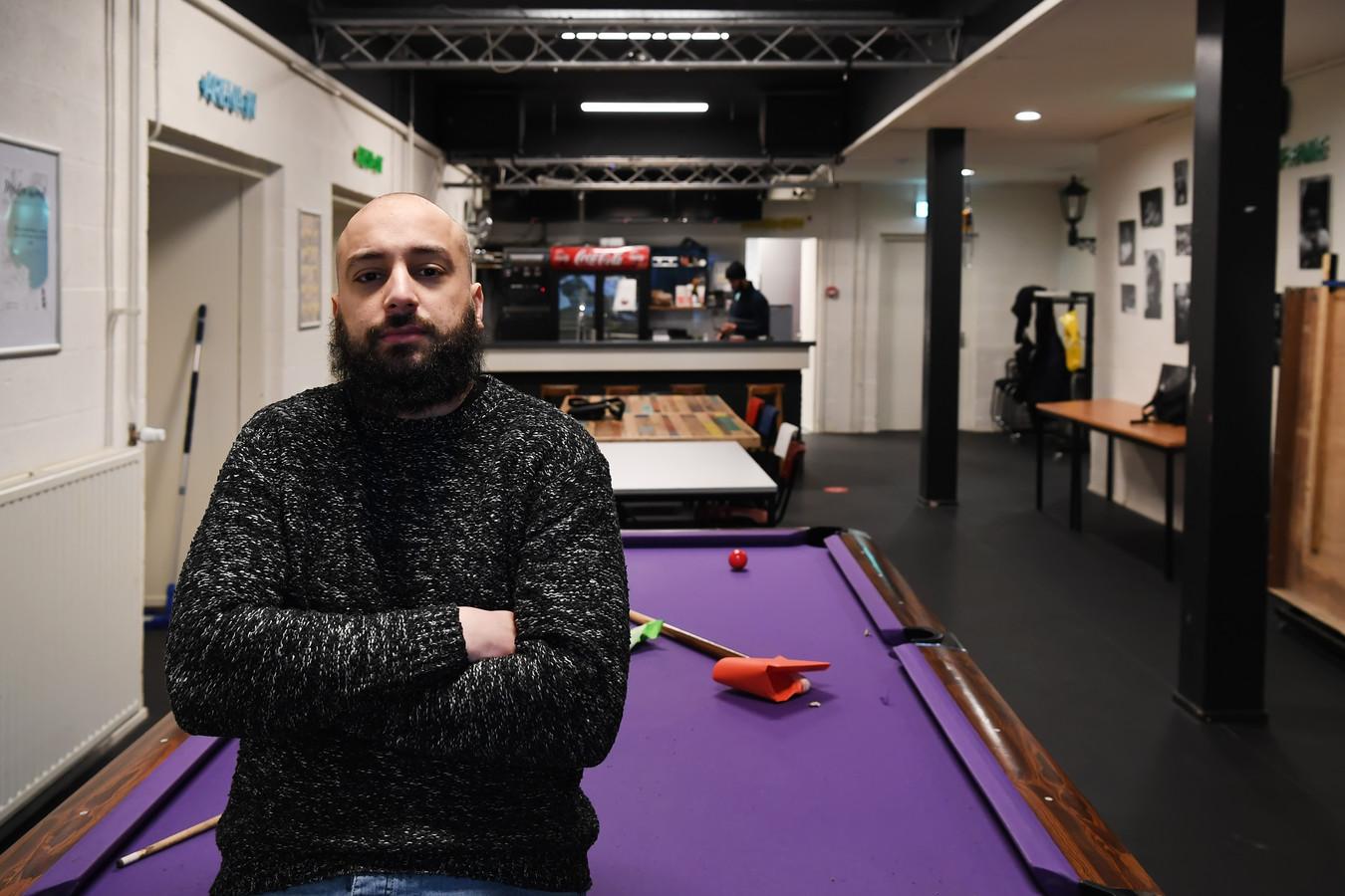 Jongerenregisseur Faisal Al Harrak in De Poort, waar hij een dag in de week werkt