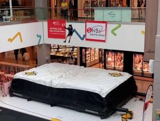 Niet voor angsthazen: shoppingcenter laat je van eerste verdieping op megakussen springen