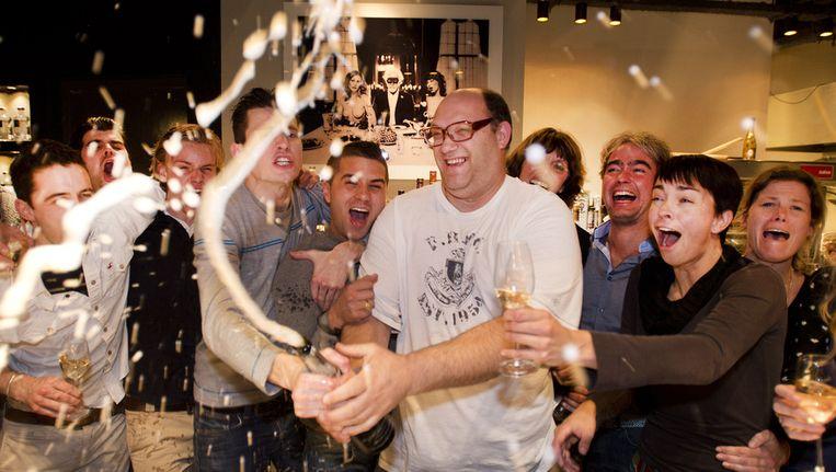 Chef Moshik Roth (M) viert met zijn team en vrouw Els (R) de tweede Michelinster voor restaurant &samhoud places. Beeld anp