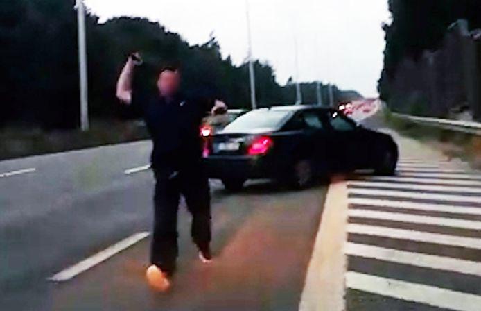 De 40-jarige man uit Oostkamp stormde op het koppel af met een ijzeren staaf te lijf op de E40