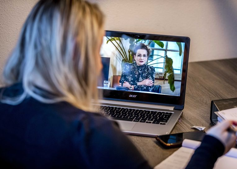 Sharon Lagcher neemt deel aan een online bijeenkomst met onder meer demissionair staatssecretaris Alexandra van Huffelen over de toeslagenaffaire. Lagcher is een van de vele ouders die onterecht zijn aangemerkt als fraudeur. Beeld ANP