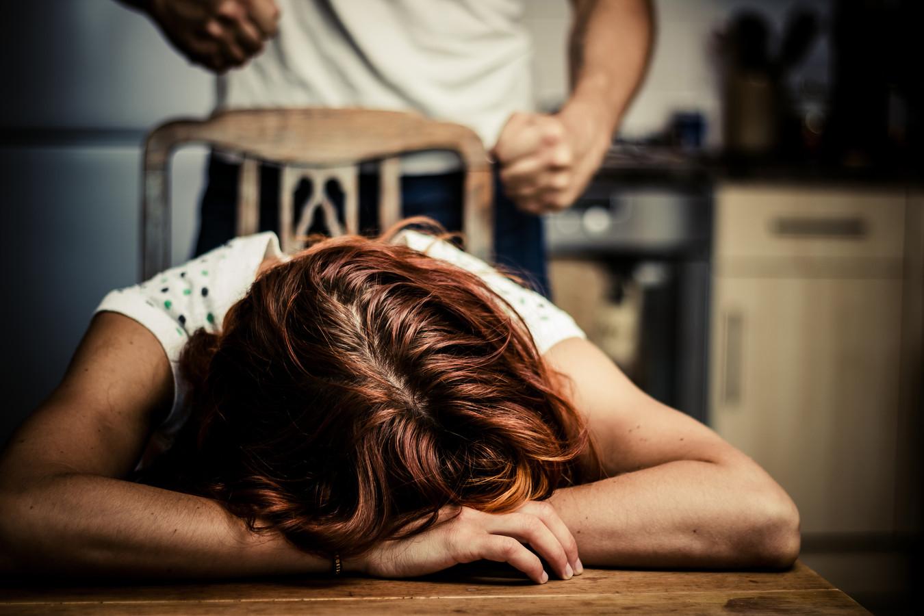 Omdat de kans op herhaling van huiselijk geweld van een Helmonder jegens zijn  ex groot is, laat de rechtbank hem een enkelband aanmeten zodat een contactverbod kan worden gecontroleerd.