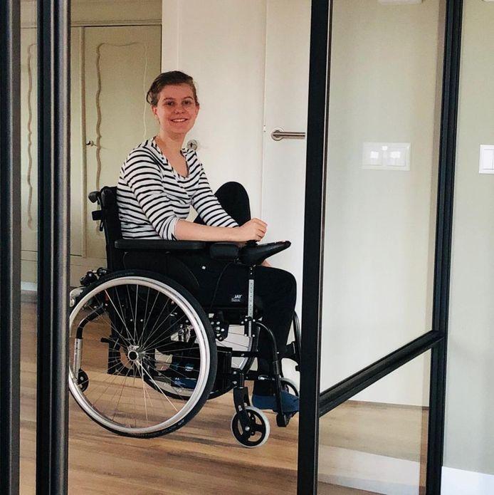 Eva Peelen ruim een jaar geleden, tijdens een zeldzaam moment dat ze even haar verduisterde kamer uit kon.