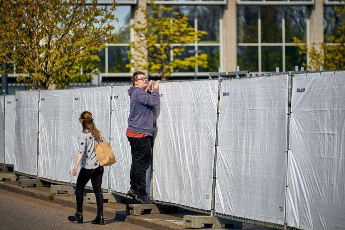 De opbouw van de 538 Oranjedag is in volle gang. Een passant is nieuwsgierig hoe ver ze gevorderd zijn.