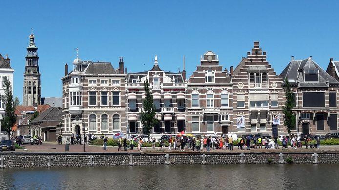 Bijna honderd demonstranten startten op de Loskade in Middelburg met hun mars voor de vrijheid en tegen de coronamaatregelen.