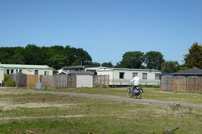 Camping Duinrand is op sommige plaatsen heel erg leeg, schuttingen liggen om.