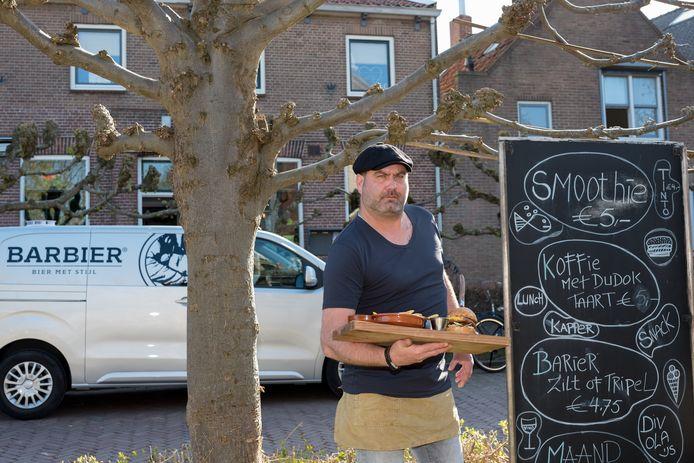 Eigenaar Martijn Boonman van Eetcafé de Barbier presenteert het gerecht buiten voor zijn pand. Een speciaal Barbier Bier gebrouwen in Biervliet hoort hierbij.