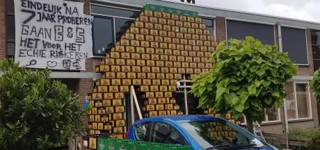 Bierkrattenmuur voor getrouwde Bart Biersteker uit IJsselmuiden