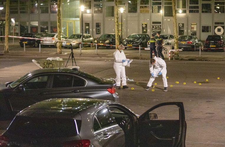 De plek van de moordaanslag bij metrostation Kraaiennest in Amsterdam-Zuidoost. Beeld ANP