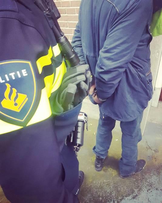 De uitgeslapen insluiper is door de politie meegenomen voor verhoor.