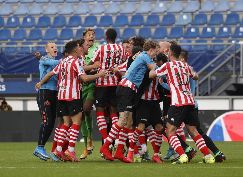Heerenveen - voetbal -   feest bij Sparta  tijdens de wedstrijd  SC Heerenveen - Sparta Rotterdam - foto Carla Vos/Cor Vos © 2021