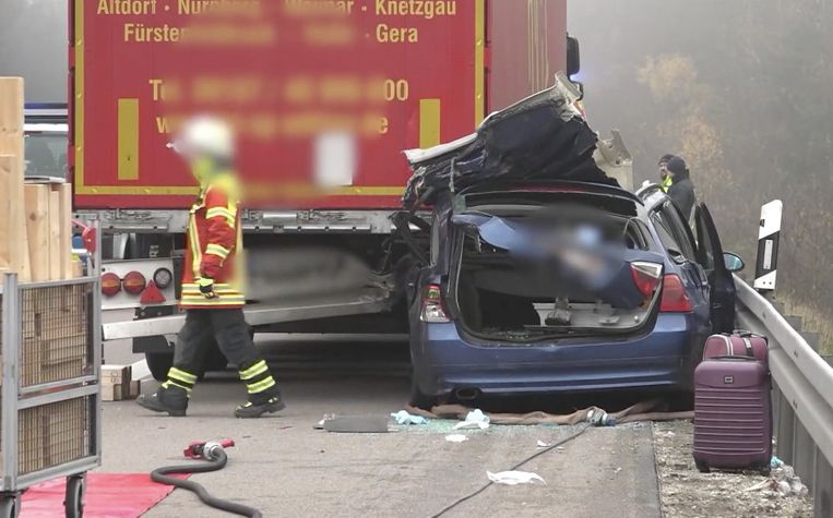 De blauwe BMW crashte eerst tegen de vangrail en reed daarna achteraan in op een vrachtwagen.