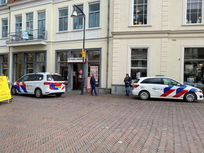 De politie is in Deventer druk bezig met onderzoek na een poging tot diefstal in optiekzaak Hans Anders.